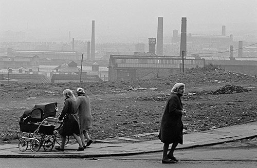 Bradford Housewives and mill chimneys (1969)